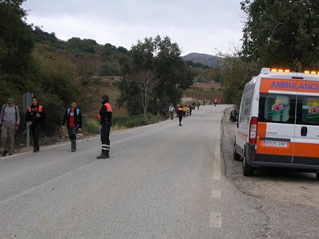 Controlando el trafico, para permitir al grupo de participantes cruzar una carretera de forma segura.