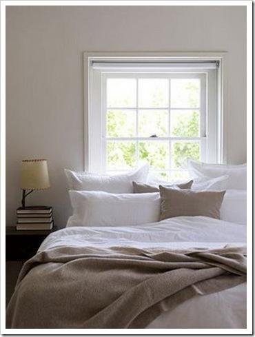 cama embaixo da janela