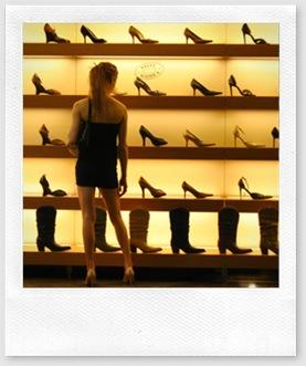 consumismo - mulher vendo sapatos
