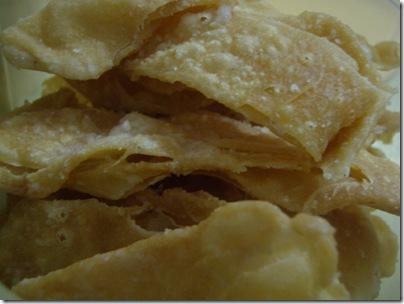 香脆的kuih lidah 我媽媽很就以前特地去親戚家學的 就只是層層的麵粉 撒些糖份 但是口感很好