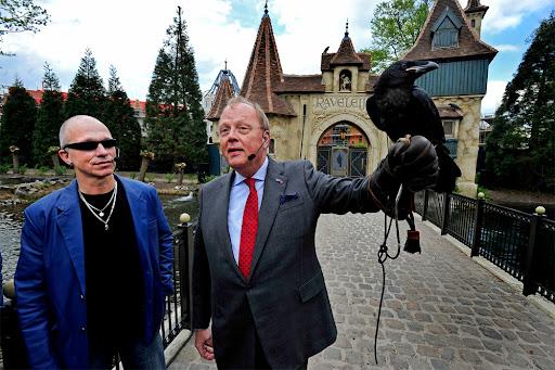 Paul van Loon (links) en directievoorzitter Bart de Boer van de Efteling met een van de raven van Raveleijn