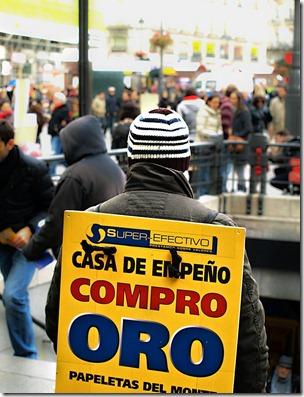 Anunciar la compra de oro y pasar frío a la salida del Metro
