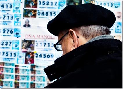Un señor comprando lotería en Dña. Manolita. Ojalá le toque.