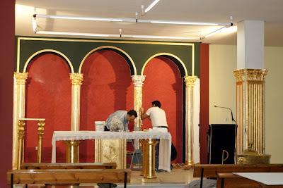 Colocación del pan de oro y de estuco en el Presbiterio de nuestra Parroquia