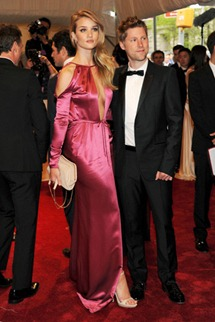 Met gala  rosie huntington welley Burberry Prorsum