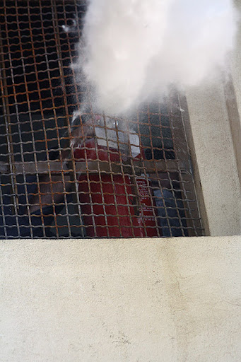 اهالی مسجد قبا در حال پاشیدن گاز به یرو روی مردم