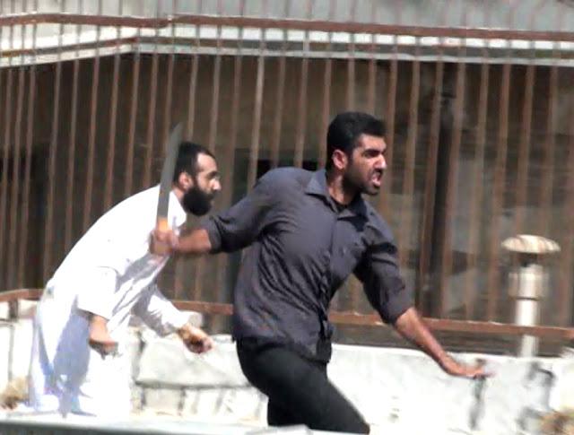 حمله قمه به دستان و مریدان علی محمد دستغیب به مردم روزه دار