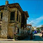 *Ula nın dar bir ana caddesi var. Caddenin üzerinde yıkılmak üzere olan tarihi Ula evleri bulunuyor. http