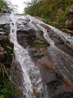 妙敷山北面直登沢の核心の滝はつるりとしたスラブで斜めにクラックが走っている。