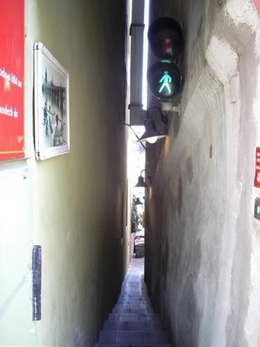 semaforo_calle_mas_estrecha_mundo
