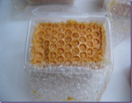 Jabón de leche de cabra, miel y cera de abeja.