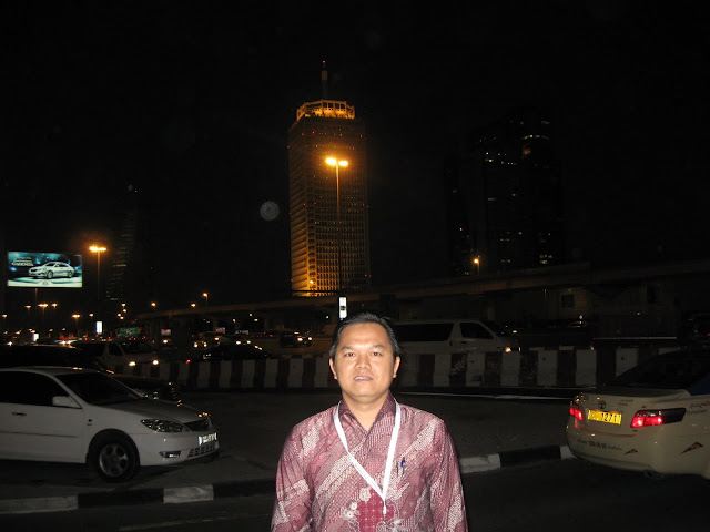 foto dari depan hotel fairmont dengan latar belakang wtc dubai
