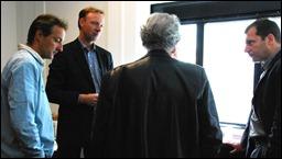 Beeld en Geluid vraagt het nog eens na bij Rosenthal: Gelooft hij nu echt dat we niet hoeven te migreren? Vlnr Marcel Mattheijer, Gerco Bakker, Rosenthal (rug) en Ernst van Velzen