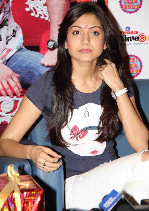 anushka sharma at band baaja baaraat movie promotion latest photos