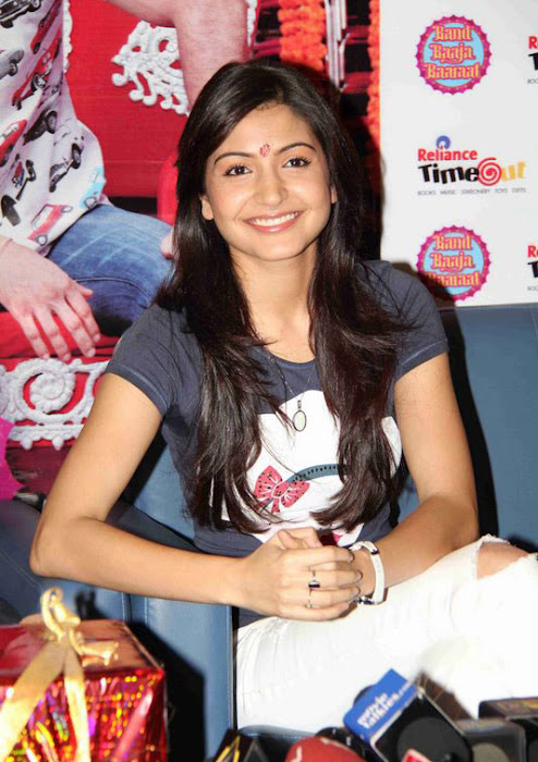 anushka sharma at band baaja baaraat movie promotion photo gallery