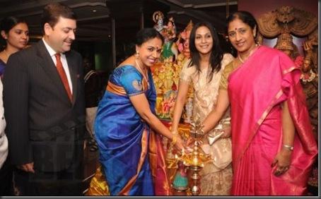 Aishwarya Dhanush inaugurates golu @ Park Sheraton - images 02