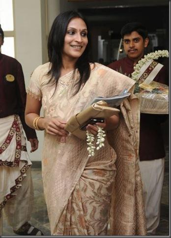 Aishwarya Dhanush inaugurates golu @ Park Sheraton - images 03