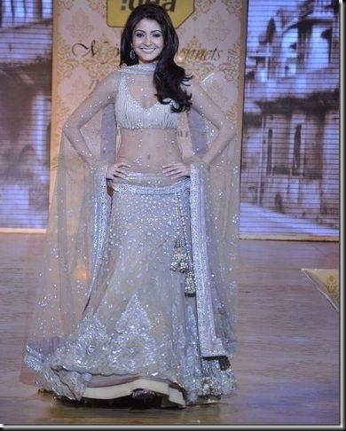 Anushka Sharma looking sexy at Mijwan Fashion show4