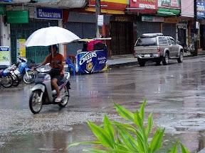 雨が降っても、根性と傘があればバイクだってOK-タイ