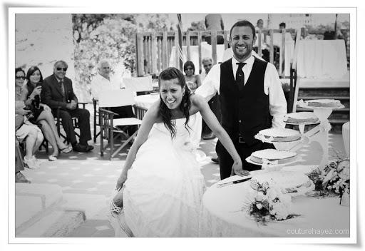 sposa con scarpe, belle foto matrimonio, matrimonio bianco e nero, foto alternative, foto sposi simpatiche, abiti sposa particolari,