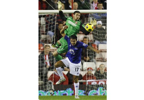 Craig Gordon in action with Tim Cahill,Sunderland - Everton