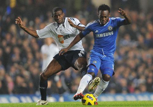 Michael Essien pass Fabrice Muamba, Chelsea - Bolton