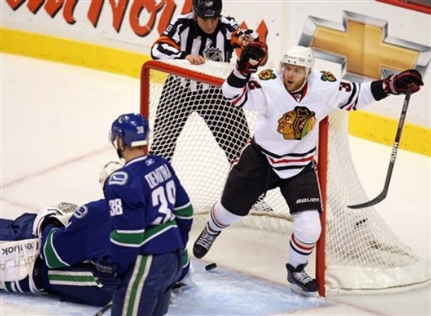 canucks_blackhawks_game3_2.jpg