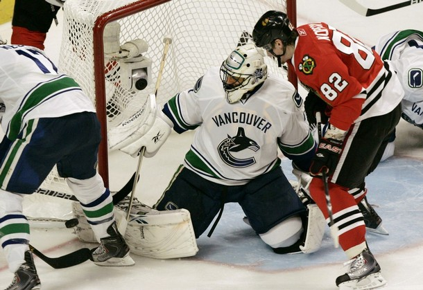 canucks_blackhawks_game1_7.jpg