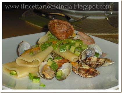 schiaffoni con gamberi, vongole e zucchine