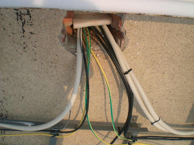 надевают как закрепить интернет кабель на стене мне кажется, что