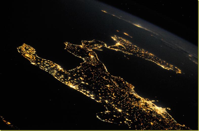 Sicilia vista dal satellite di notte