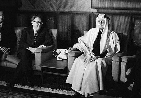 صورة تحمع الملك فيصل والرئيس الامريكي كسنجر