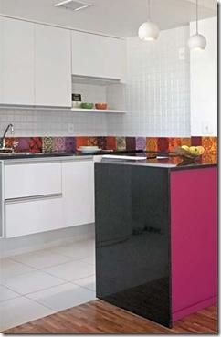 Casa de Valentina - via Casa Claudia - cozinha pink com azulejos coloridos 1