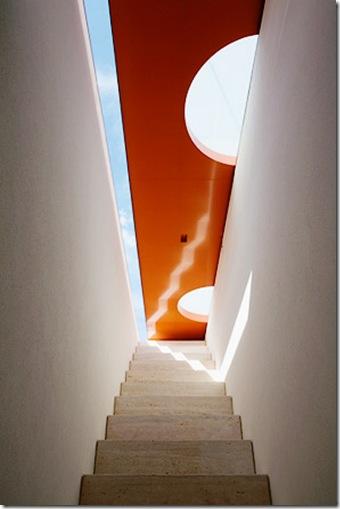 Abertura para área externa. Casa projetada por Marcio Kogan e fotografada por Nelson Kon
