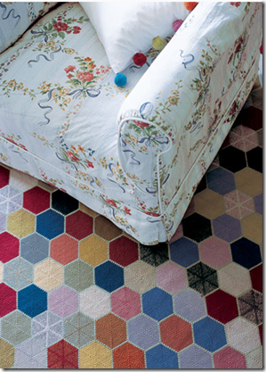 Mix de estampas e cores. Tapete da The Rug Company