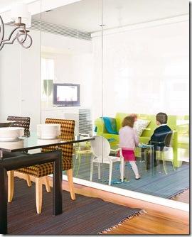 Atenção para a parade de vidro que divide os ambientes. Foto Mi Casa.