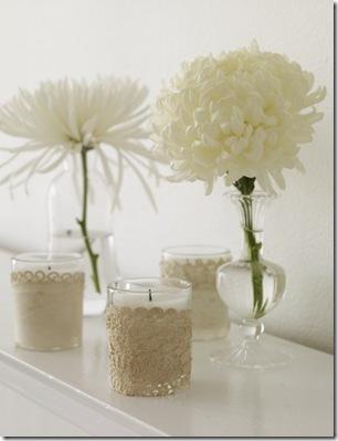 Arranjo de flores e velas. Foto Ellmania