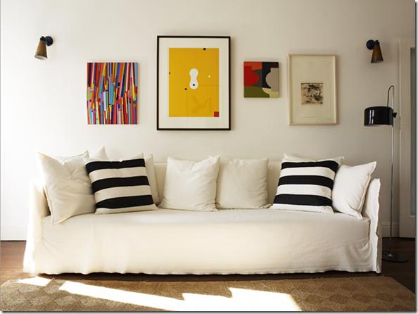 Sofá com almofadas listradas