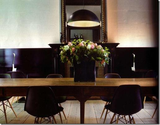 mesa antiga e cadeiras modernas