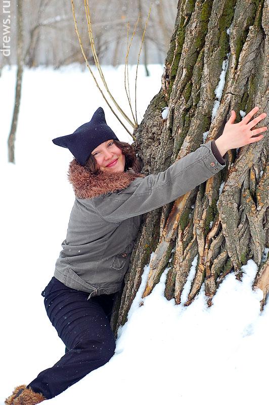 Кошка лезет на дерево