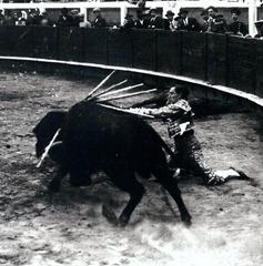 Joselito el Gallo Pase por alto de rodillas a favor de querencia 001