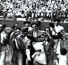 Juan Belmonte Salida a hombros 001