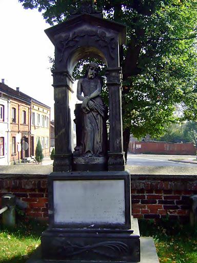 figura Jezusa przy kościele w Będkowie