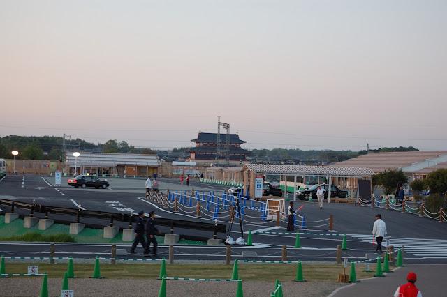 遣唐使船から見た夕暮れのバスターミナルと第一次大極殿の写真