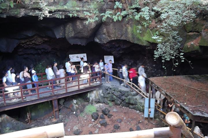 鳴沢氷穴への列の写真