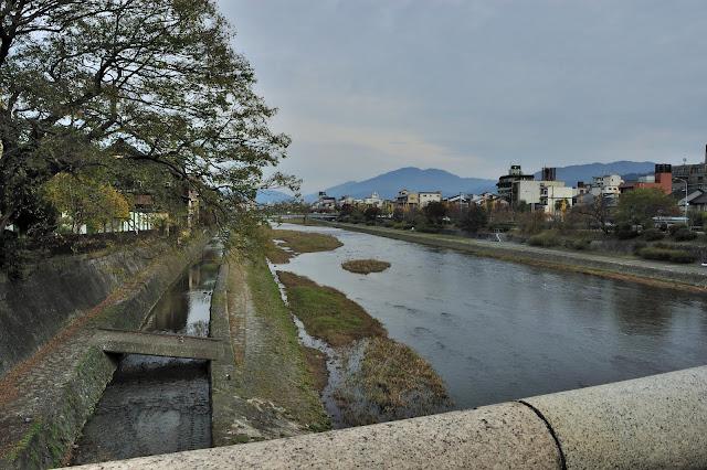 五条大橋から見た加茂川の写真