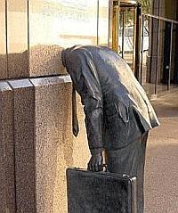 Памятник трудоголику установлен в Лос-Анджелесе, у входа в офис известной компании Ernst & Young.
