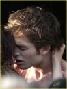 robert-pattinson-kristen-stewart-new-moon-kiss-05