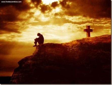 de espaldas a la cruz
