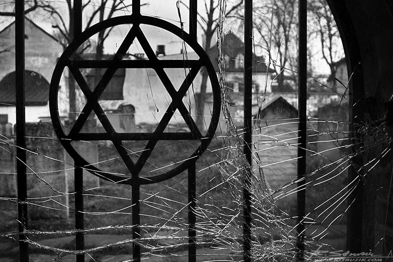 Kraków. Ogrodzenie cmentarza żydowskiego, czyli tolerancja po polsku.